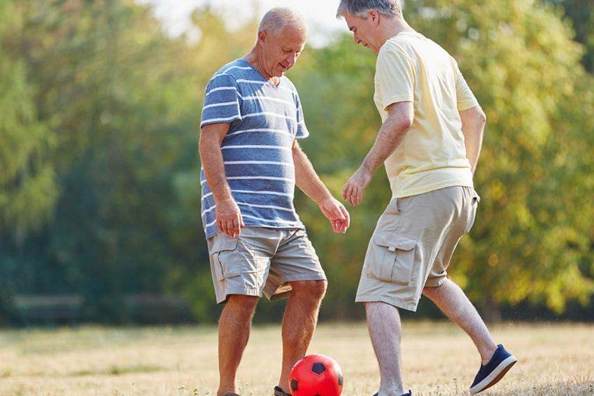 Fußball auf dem Bolzplatz für alt und jung | Spiel und Spaß