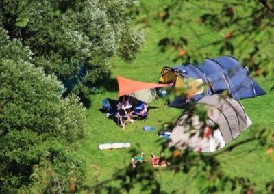 Zelte auf Sommerwiese